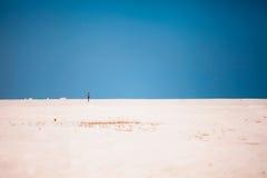 Человек бежать на пляже с t Стоковое Изображение RF