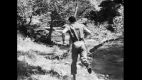 Человек бежать на речном береге сток-видео