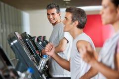 Человек бежать на третбане в фитнес-клубе Стоковая Фотография RF