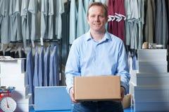 Человек бежать онлайн дело одежды стоковые фото