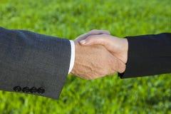 Человек бизнесмена & рукопожатие коммерсантки женщины тряся руки Стоковое Изображение RF