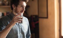Человек битника выпивая стекло кокса Стоковое Изображение