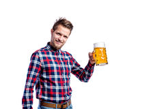Человек битника в проверенной рубашке держа пиво, съемку студии Стоковые Фото
