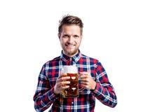 Человек битника в проверенной рубашке держа пиво, съемку студии Стоковое фото RF