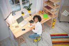 Человек битника независимый работая дома Стоковое Фото