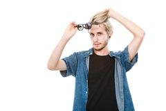 Человек битника показывая ексцентрическую съемку студии стекел стоковые фотографии rf