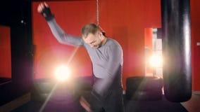 Человек бойца нагревая перед тренировкой движение медленное сток-видео