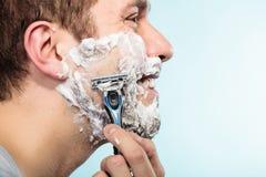 Человек брея с лобовым профилем бритвы Стоковые Фото