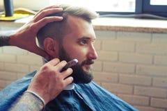 Человек брея с прямой бритвой Стоковая Фотография