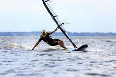 человек брызгает занимаясь серфингом детенышей ветра воды Стоковые Изображения