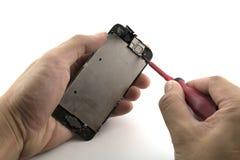 Человек был ремонтником он подготавливает отремонтировать камеру фронта изменения мобильного телефона Стоковое фото RF