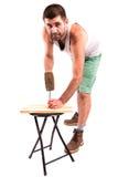 Человек бьет ноготь молотком стоковая фотография rf