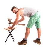 Человек бьет ноготь молотком стоковое изображение rf