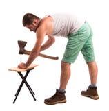 Человек бьет ноготь молотком стоковое фото rf