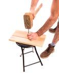 Человек бьет ноготь молотком стоковые изображения rf