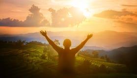 Человек благодарит бога стоковое изображение rf