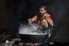 Человек варит в старом вке огонь в уличном рынке Индия pushkar Стоковые Изображения RF