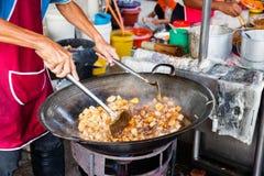 Человек варит еду на рынке ночи еды улицы Кимберли Стоковые Фотографии RF