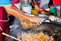 Человек варит еду на рынке ночи еды улицы Кимберли Стоковая Фотография RF