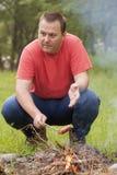 Человек варя сосиску Стоковая Фотография RF