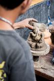 Человек ваяет слона от глины Стоковое фото RF