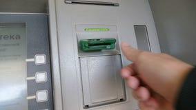 Человек вводит карточку в замедленное движение видео ATM видеоматериал
