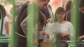 Человек вещества положил дальше зеленый браслет на руку девушек для того чтобы очаровать на событии лета Безопасность очередь акции видеоматериалы