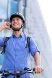 Человек велосипед в городе стоковые фотографии rf