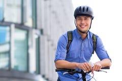 Человек велосипед в городе стоковое изображение rf