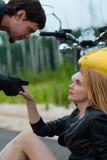 Человек велосипедиста мотоциклиста дает руку outdoors Стоковая Фотография