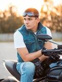Человек велосипедиста сидя на его мотоцикле outdoors Стоковое фото RF