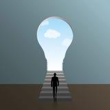 Человек взбираясь к двери в электрической лампочке формы Стоковая Фотография