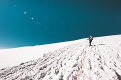Человек взбираясь к саммиту горы на леднике Стоковые Фотографии RF