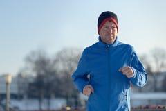 Человек вне в погоде зимы для его ежедневно бега стоковые изображения
