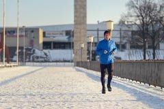 Человек вне в погоде зимы для его ежедневно бега стоковая фотография rf