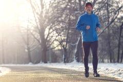 Человек вне в погоде зимы для его ежедневно бега стоковое изображение rf