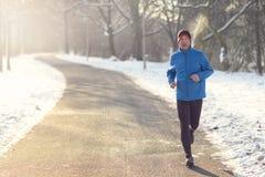 Человек вне в погоде зимы для его ежедневно бега стоковые изображения rf