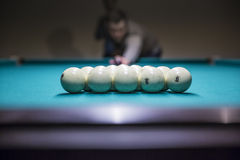 Человек внутри подготавливает для игры старта шариков биллиарда с треугольником Стоковое Изображение
