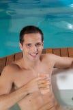 Человек внутри сока джакузи выпивая стоковая фотография