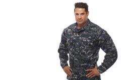 Человек военно-морского флота с руками на бедрах стоковое изображение rf