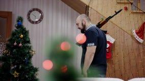 Человек вооружения приходя к комнате на времени рождества видеоматериал