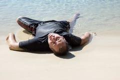 Человек вполз из моря Стоковое фото RF