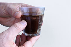 Человек вручает владениям черная кофейная чашка Стоковое Изображение RF