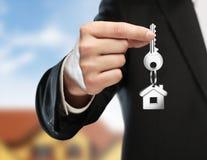 Человек вручая ключ Стоковое Изображение RF