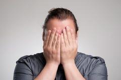 Человек всматривается через его пальцы Стоковые Фотографии RF