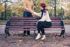 Человек встречи женщины в парке Стоковая Фотография