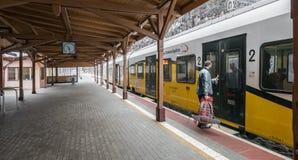 Человек всходя на борт поезда Стоковые Изображения