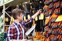Человек выбирает лопаткоулавливатель в магазине Стоковые Фото