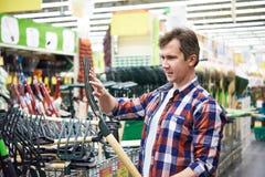 Человек выбирает сено вилы в магазине Стоковое Фото