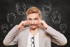 Человек выбирает стиль волос на лице, бороду и усик стоковые изображения